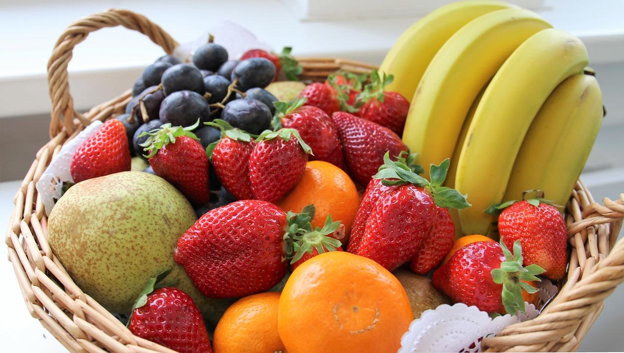 תותים בננה וענבים