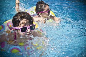 ילדים שוחים
