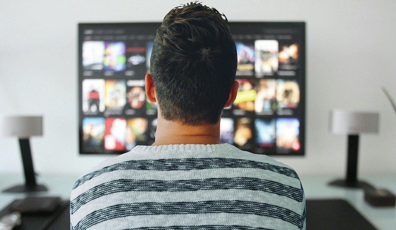 גבר צופה במשחק