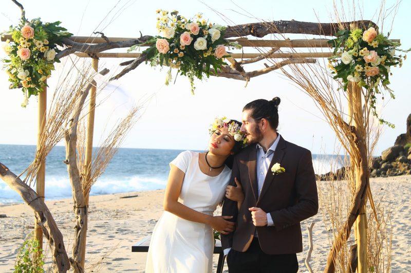 זוג מתחתן בחוף