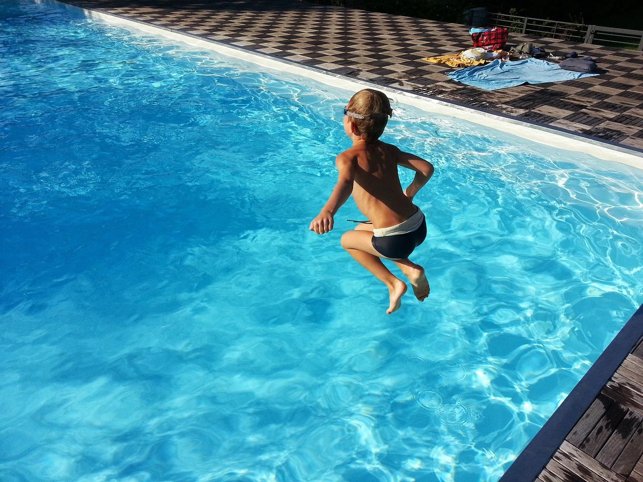 ילד קופץ למים